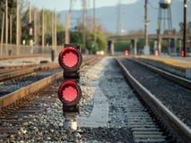 Ein Eisenbahnfarbpositionslicht sitzt Bodenhöhe blinkendes rotes s Stockbilder