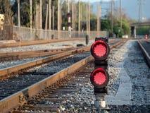 Ein Eisenbahnfarbpositionslicht sitzt Bodenhöhe blinkendes rotes s Lizenzfreies Stockfoto
