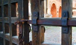 Ein Eisenbolzen auf altem Tor Lizenzfreie Stockfotografie