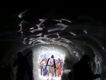Ein Eistunnel auf dem Mont Blanc-Gebirgsgebirgsmassiv lizenzfreie stockfotos