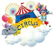 Ein Elefant und ein Clown mit einem Zirkus Signage in der Mitte Lizenzfreie Stockfotos