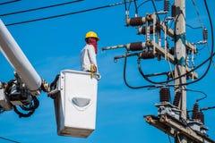 Ein Elektriker überprüft Stockfotografie