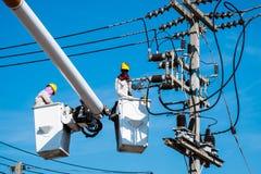 Ein Elektriker überprüft Stockfotos