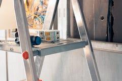 Ein Elektriker kam zu Büroräumen, Strom in einem Raum zu reparieren Benutzter Stehleiter für Reparatur stockfoto