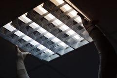 Ein Elektriker kam zum Büro, das Licht zu überprüfen und zu reparieren stockbilder