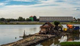 Ein Elendsviertel auf dem See Lizenzfreie Stockfotos