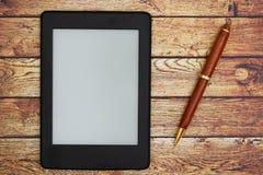 Ein Eleser auf einem hölzernen Schreibtisch mit einem Stift lizenzfreies stockbild