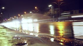 Ein endloser Strom von Autos im nass Straßenverkehr helle Strahlen von Autos stock video