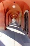 Ein Enge gewölbter Durchgang malte dunkelrot in altem Prag Lizenzfreies Stockbild