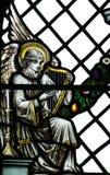 Ein Engel, der auf einer Harfe spielt (Musik machend) im Buntglas Lizenzfreies Stockfoto