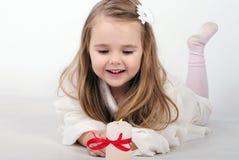 Ein Engel des kleinen Mädchens mit einer Kerze Lizenzfreies Stockfoto