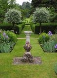 Ein englischer landschaftlich verschönerter Garten stockbilder