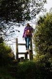 Ein englischer Landzauntritt mit Frau Stockfotografie