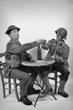 Ein englischer Soldat und ein amerikanischer Soldat trinken ein Glas Wein Lizenzfreie Stockfotografie