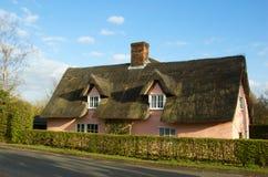 Ein englisches thatched Häuschen in der Landschaft Lizenzfreie Stockfotos