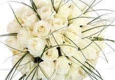 Ein enormer Blumenstrauß von weißen Rosen. Das lokalisierte Bild auf einem weißen Hintergrund. Cremefarbene Rosen. Stockfoto