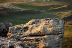 Ein enormer Flussstein in den Bergen lizenzfreies stockbild