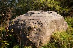 Ein enormer Flussstein von Glazial- Ursprung im Wald stockfoto