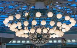 Ein enormer Leuchter im Mall lizenzfreies stockfoto