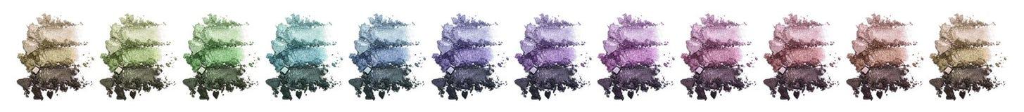 Ein enormer Satz mehrfarbiger dreifacher Lidschatten Zerquetschte Augenschminke Stockbilder