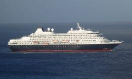 Ein enormes Kreuzschiff, das in Admiralitäts-Bucht ankommt Lizenzfreie Stockfotografie
