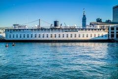 Ein enormes Touristenattraktionskreuzschiff in San Francisco lizenzfreie stockfotos