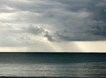 Ein entfernter Regen über dem Meer Stockfotografie