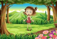 Ein entsetztes junges Mädchen mitten in dem Wald lizenzfreie abbildung