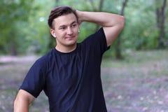 Ein enttäuschter junger kaukasischer Mann setzt eine Hand auf den Kopf, etwas schief geht, schwierige Bedauern oder trauriger Aus stockfoto