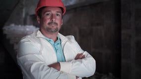 Ein Erbauer Is Posing To die Kamera 2 stock video footage
