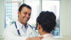 Ein erfahrener Doktor gibt Empfehlungen zu seinem Patienten stockfoto