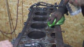 Ein erfahrener Mechaniker säubert den Lkw-Motor stock footage