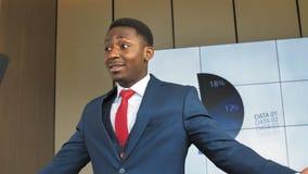Ein erfolgreicher afro-amerikanischer Geschäftsmann teilt sein Wissen mit dem Publikum in der Zeitlupe stock video footage