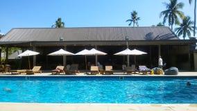 Ein Erholungsort mit einem Swimmingpool in einer Tropeninsel, Fidschi stockbild