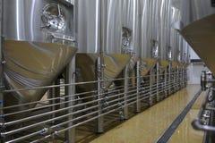 Ein errichtender Innenraum der Brauerei, Behälter, der Töpfe kocht Lizenzfreie Stockfotos
