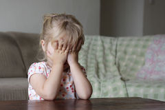 Ein erschrockenes kleines Mädchen Stockfotos
