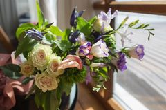 Ein erstaunlicher Blumenstrauß von den verschiedenen bunten Blumen, die nahe dem Fenster stehen Stockfoto