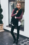 Ein erstaunliches langhaariges blondes Mädchen, das in der modernen Kleidung, eine Jacke, schwarze Jeans am Eingang zum Restauran Stockfoto