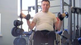 Ein erwachsener behinderter Mann hält, Stummglocken nach einer kurzen Pause anzuheben stock video footage