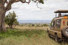 Ein erwachsener Mann auf Safari in Afrika lizenzfreie stockfotos