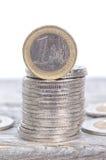 Ein Euro auf einen Stapel von Silbermünzen Lizenzfreie Stockfotos