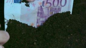 Ein 500-Euro - Schein vom Boden stock video footage