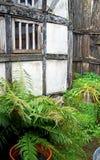 Ein externes Foto von außerhalb eines Tudor-Hauses stockfotografie