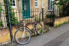 Ein Fahrrad durch den Portalretrostil Lizenzfreie Stockbilder