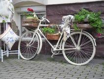 Ein Fahrrad mit einem Korb von Blumen Stockfotografie