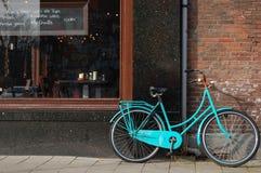 Ein Fahrrad vor Gaststätte in Amsterdam lizenzfreie stockbilder