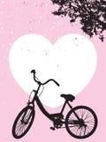 Ein Fahrradparken unter blühendem Blumenbaum, weißes Herz auf rosa Hintergrund lizenzfreie abbildung