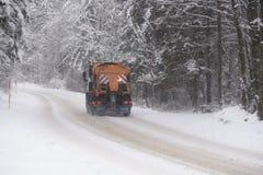 Ein Fahrzeug, das Winterstraße knirscht lizenzfreie stockbilder