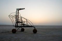 Ein Fahrzeug in der Salzwüste Lizenzfreie Stockfotos