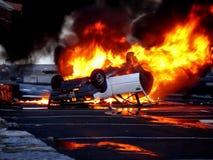 Ein Fahrzeug umgeworfen in den Flammen stockfoto